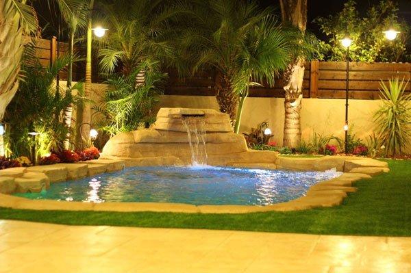 תצלום לילה של בריכת הבטון בגינה