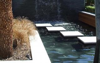 מזרקת מים ובריכות נוי בגינה