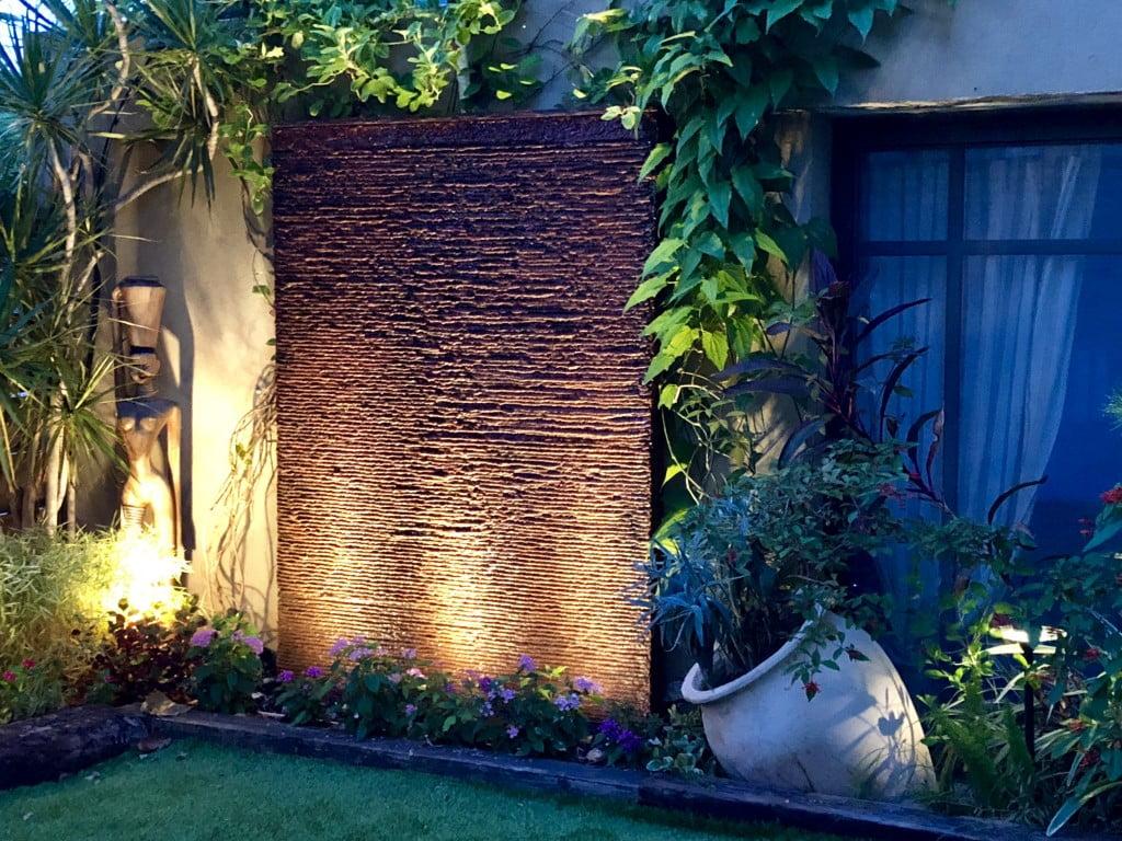 הגינה שלי 2 1024x768 - גינה עם קיר מפל בוילה בתל מונד