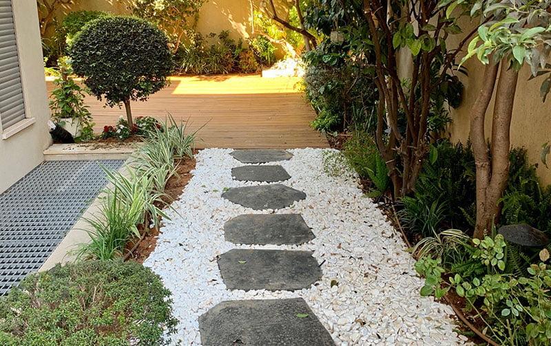 והקמת גינה בהוד השרון 01 - פרויקטים אחרונים - עיצוב גינות אמנות הגינה הקסומה