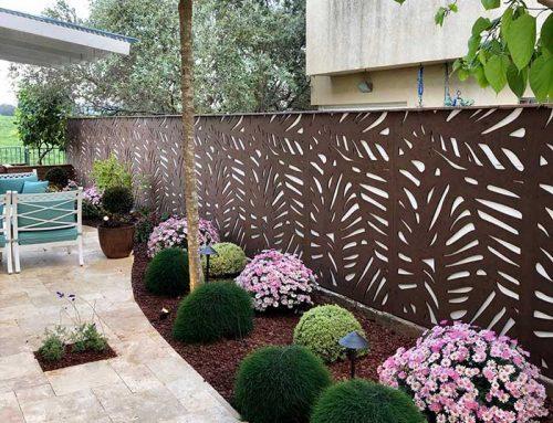 שילוב משרביות עץ בעיצוב הגינה