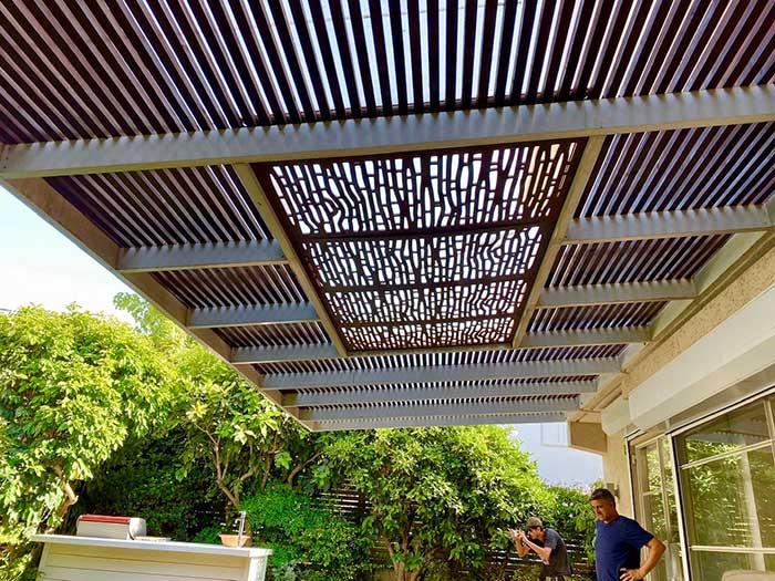 משולבת בפרגולה - שילוב משרביות עץ בעיצוב הגינה