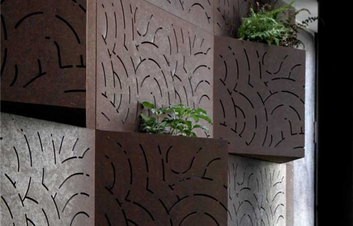 משרביה עם צמחיה - שילוב משרביות עץ בעיצוב הגינה
