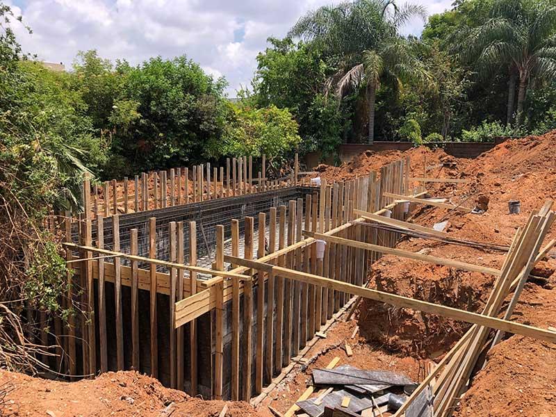לקראת יציקה של הבטון - תכנון ובנייה של בריכת בטון בבתים פרטיים