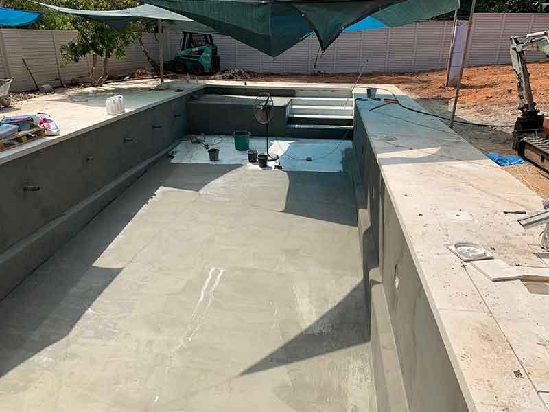 שלב יציקת הבטון להקמת הבריכה